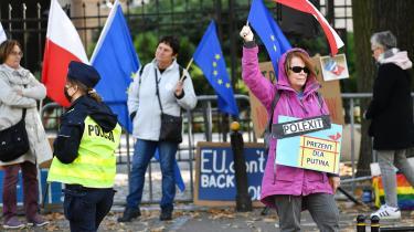 Der var protester uden for den polske forfatningsdomstol, da den kontroversielle dom blev afsagt.