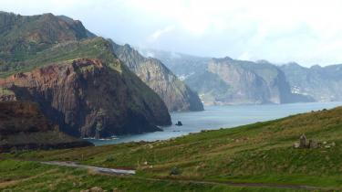 Kapitalismen kom selv til verden på en fjern ø, Madeira, hvor portugiserne fældede skove og købte slaver fra Afrika til at dyrke og forarbejde sukker. Derved opbyggede de en ny økonomi, hvor jord, arbejdskraft og penge mistede alle hidtidige sociale betydninger og blev til handelsvarer.