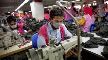 Arbejdere på tekstilfabrikker i Bangladesh har dårlige og usikre arbejdsforhold. Det skal en ny juridisk bindende aftale lave om på. Men flere store danske tøjmærker har ikke skrevet under på aftalen.