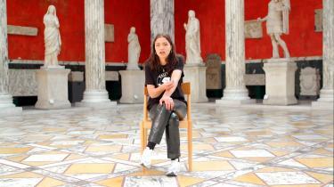 Kunstner Dina El Kaisy Friemuth medvirker i 'Oprør på Akademiet'som eksempel på en kompromisløs antiracist, der som studerende på akademiet i 2017 bad sin rektor genoverveje ansættelsen af en underviser, der havde malet sig sort i hovedet.