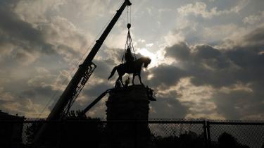 Statuen af sydstatsgeneralen Robert E. Lee fjernes fra Monument Avenue i Richmont, Virginia – et af de største og mest prominente monumenter som hyldede Konføderationens helteskikkelser.