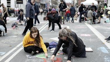 Børn tegner med kridt på den lukkede kørebane til bilfri søndag på Nørrebrogade.
