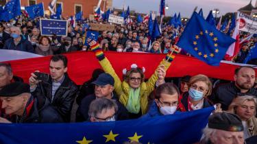 I omkring 100 polske byer gik titusinder proeuropæiske polakker søndag aften på gaden i protest mod regeringspartiet PiS og mod sidste uges forfatningsdom, der i deres øjne kan føre til en polsk exit fra EU.