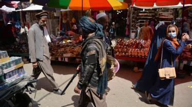 En taleban-soldat patruljerer et marked i Kabul. Landet er på vej mod et sammenbrud, hvis hvis konsekvenser ingen kan være intereserede i, og derfor er det nødvendigt at indgå en dialog Taleban.