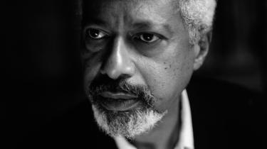 Årets nobelpristager, Abdulrazak Gurnah, beskriver i dette essay sin vej ind i litteraturen efter sin flugt fra det voldskaos, som ramte Zanzibar efter afslutningen på kolonistyret – og hvordan erindringen om det tabte og erfaringen af eksilet kom til at forme hans forfatterskab