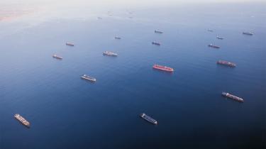 I farvandet ud for de californiske tvillingehavne i Los Angelses og Long Beach, der tager imod 40 procent af USA's import, meldes forleden om 70 fartøjer, der ikke kunne komme i havn med deres flere hundredtusinder af containere.