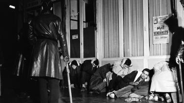 Algeriske demonstranter beskytter sig med armene over hovedet efter at være blevet er arresteret og tilbageholdt af fransk politi i Puteaux vest for Paris den 17. oktober 1961. Fransk politi druknede mange af deltagerne i den fredelige demonstration i Seinen. Flere demonstranter blev skudt af politiet eller torturet i forbindelse med anholdelserne.