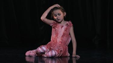 'Dansefeber' er blevet en fin og opbyggelig børneballet inspireret af DR's julekalender 'Julefeber'. Med den lille Gro – Selma Sol – som fænomenal barnestjerne