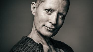 Christina Selden smiler, mens hun spiller hovedrollen i sin egen, usentimentale rædselsberetning om at blive ramt af kræft i forestillingen 'Hvorfor mig?' på Teater V.