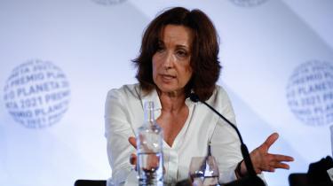 Det vakte lidt overraskelse, da den spanske, kvindelige krimiforfatter skulle modtage en pris, for navnet var et synonym, der dækkede over de tre meget mandlige og midaldrende forfattere.
