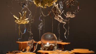 Baum and Leahy, Cometabolise: A Holobiont Dinner, 2021. 'Verden er i dig' på Kunsthal Charlottenborg vil gerne gøre op med den gamle forståelse og vise os, hvor fundamentalt vi hænger sammen med resten af verden – fra usynlige bakterier til kosmiske kræfter.