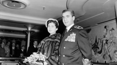 I slutningen af 1800-tallet led USA under borgerkrig og økonomisk nedbrud, og derfor røg udenrigspolitik ned i bunden af prioriteringslisten. Men ikke desto mindre blev perserne mere og mere fascinerede af alt, der emmede af USA. På billedet ses tidligere Shah af Persien og Dronning Soraya på The Queen Marys Verandah Grill på deres besøg i Southampton fra New York, den 16. februar 1955.