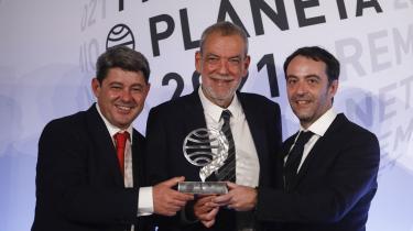 Hele tre midaldrende mandlige manuskriptforfattere trådte frem i scenelyset i nogenlunde ens jakkesæt og holdt tre nogenlunde ens takketaler, da 'krimidronningen' vandt den spanske Planeta-pris.