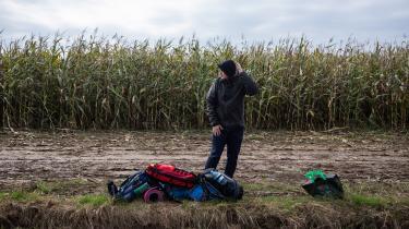 På kanten af EU har børn, gravide og syge i ugevis været strandet uden regelmæssig adgang til mad, drikke og lægehjælp. De kan ikke komme ind i EU, og de kan ikke komme tilbage til Belarus. Den polske regering slipper hverken journalister eller nødhjælpsorganisationer ind i området, hvor en lille gruppe lokale kæmper for at sikre dem basale fornødenheder. Reportage fra Polen, der arbejder ihærdigt på at forsegle unionens østlige grænse