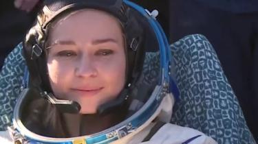 Filmen om Apollo 13 var trist nok filmet på Jorden. Men nu har russerne faft skuespilleren Julija Peresild sendt på optagelser i rummet. Det bliver en god film.