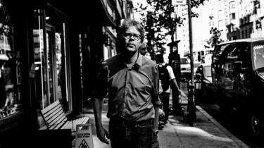 Alt i samfundet er ved at revne i første del af den amerikanske forfatters ambitiøse og vellykkede romantrilogi, 'Korsveje', der udspiller sig i 1971