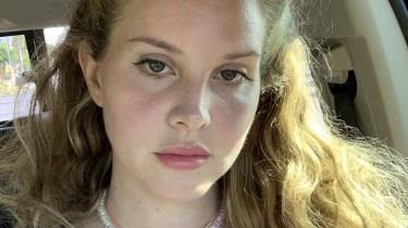 Den amerikanske sanger, sangskriver og producer Lana Del Rey var ved at forelske sig usundt i eget udtryk. Men på sit nye album, 'Blue Banisters', spænder hun også ben for sig selv