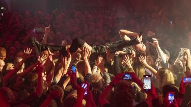 Det er centralt i den danske popstjerne MØ's musik, at hun virker som om hun mister kontrollen lige så meget under den, som vi gør. Det gjorde hun atter ved en fremragende koncert i Den Grå Hal på Christiania