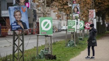 Det er ikke alle valgplakater, som får lov at hænge i lygtepælene. Natten til søndag blev mange af plakaterne revnet ned over hele landet.