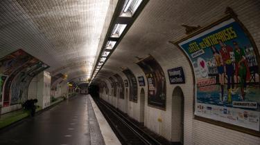 »Den særegne og intense lugt af den parisiske metro, kloret og olieret, gav mig en underlig følelse af på et tidspunkt for længe siden at have været en helt anden person,« skriver Mathilde Moestrup.