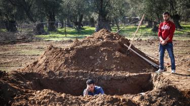 Lighuset på Lesbos er fyldt til randen med druknede bådflygtninge. 68 døde kroppe venter på at blive stedt til hvile, og hver uge kommer nye til. Den unge Rafat er rejst fra Danmark til havnebyen Mytilini for at begrave fire af dem. Men selv ikke på kirkegården er der plads til de mange flygtninge