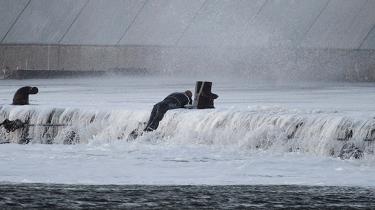 For Christian Nereus Grant begynder kampen for kloden med havet: Han vil udnytte havets styrke til ny grøn energi. Men havet er lumsk. En kæmpebølge i efterdønningerne af stormen Urd tvang ham i havnen, hvor han med et brækket ben fandt sig selv kæmpende for sit liv i iskoldt vand