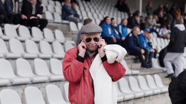En kommercialisering af den gamle, stolte arbejderklub Fremad Amager har været så effektiv, at den har taget stormløb op gennem de danske fodbolddivisioner, budt sig til i 1. divisions topstrid og været få point fra at placere sig i 'akut oprykningsfare'. Men en oprykning til Superligaen kan betyde, at klubben må sige farvel til alt det, der har rundet den