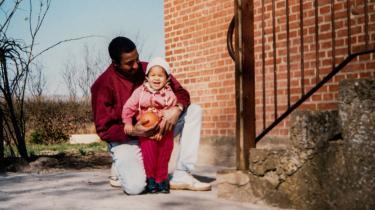 Hvert år bliver i gennemsnit 12 kvinder dræbt af deres partner eller ekspartner. I 1994 var den fireårige Kirstine Mandrup Pedersens mor en af dem. Her fortæller hun om, hvordan det var at vokse op som 'pigen med den grusomme historie'