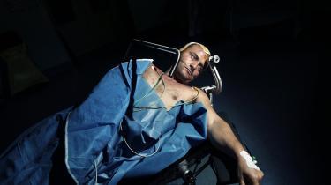 Karl Ove Knausgaard skriver om hjerneoperationer i Albanien i nyt essay