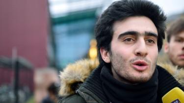 Anas Modamani blev på Facebook uforskyldt anklagetfor at være en af terroristerne bag terrorangrebet i Bruxelles sidste år. Hans billede blev delt verden over og han blev ansigtet på terrorismen. Nu sagsøger han Facebook for ikke at gøre nok for at stoppe spredningen af falske informationer.