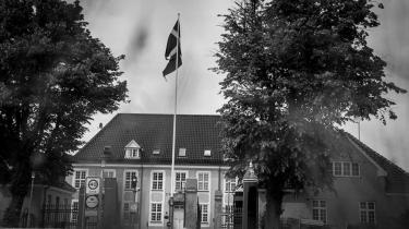 Ikke blot pårørende, men også Københavns Vestegns Politi advarede Forsvaret om en soldats psykiske tilstand, uden at det forhindrede hans adgang til våben. 44 dage efter politiets henvendelse blev han anholdt for at skyde en mand med en af Forsvarets pistoler