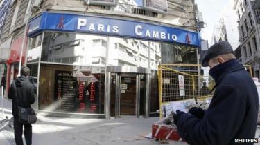 Den argentinske peso er faldet 11 procent på én dag, og inflationen er nu på 25 procent. Det værste siden det katastrofale krak i 2002