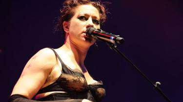 Den amerikanske musiker valgte under en koncert i London at fremføre et meget personligt brev til tabloidavisen Daily Mail