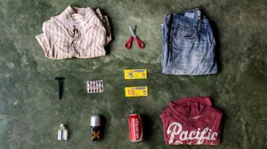 Fotografen Emanuele Satolli har dokumenteret hvad illegale immigranter har i tasken, når de forsøger at krydse grænser.