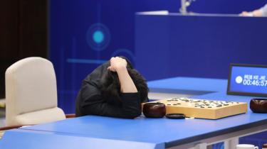 Det blev til endnu en sejr for Googles kunstige intelligens i spillet Go. Denne gang over et kinesisk vidunderbarn, der efter nederlaget skød skylden på sin egen menneskelige entusiasme som den største svaghed i kampen mod maskinen.