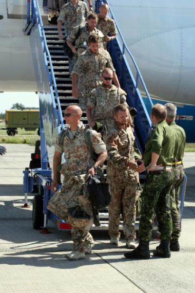 Mens de danske soldater, der har gjort tjeneste i Irak, næppe er sluppet helt uden mén, lader det til, at regeringen Fogh Rasmussen kan fortsætte sit virke uanfægtet. Befolkningens tillid til statsministeren er i hvert fald ikke blevet svækket af krigen.