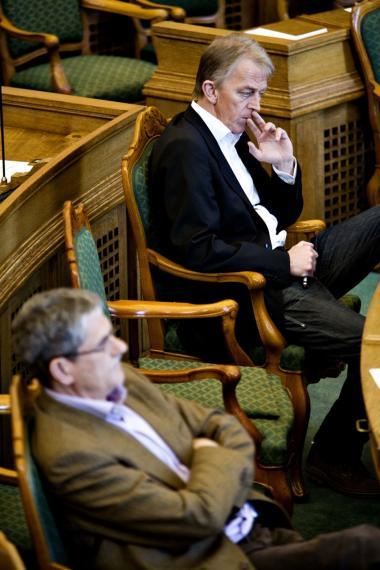 Et andet sprog. Villy Søvndal er i modsætning til de fleste andre partileder ikke DJØF-er. Derfor kan han tale et sprog der er langt mere direkte - det gør ham til en blændende kommunikator, vurderer im Knudsen.