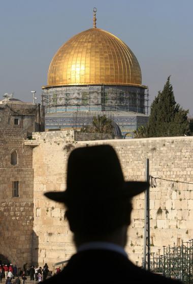 Klippemoskeen og Al Aqsa-moskeen på Tempelbjerget i Jerusalem er nogle af de mest oplagte mål for de jødiske højreekstremister. For eksempel har bevægelsen Temple Mount Faithful truet med at sprænge de to moskeer i luften og bygge et jødisk tempel i stedet.