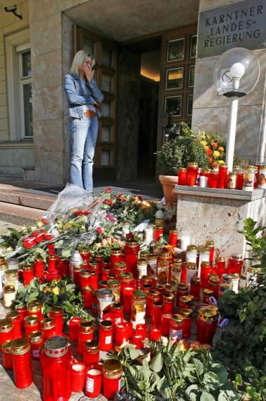 Borgere i Klagenfurt har de seneste dage lagt blomster og tændt lys for Jörg Haider, som døde natten til lørdag, 58 år gammel.
