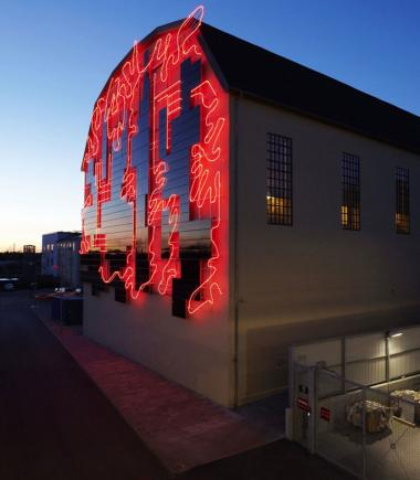 På Prøvehallen i Valby hænger verdens første solcelledrevne kunstværk af kunstner Anita Jørgensen. Selve solcelleanlægget producerer omkring 12.-13.000 kilowatt-timer om året - eller det omtrent tre husstandes strømforbrug.