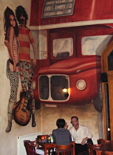 Idol. Lokalerne, hvor Frank Zappa Café med de store vægmalerier af musikeren i dag ligger, husede i starten af 1990'erne undergrundsklubben Tilos az A - hvor selveste Frank Zappa i 1992 deltog i festlighederne i forbindelse med, at de russiske soldater efter næsten 40 års tilstedeværelse forlod Ungarn.