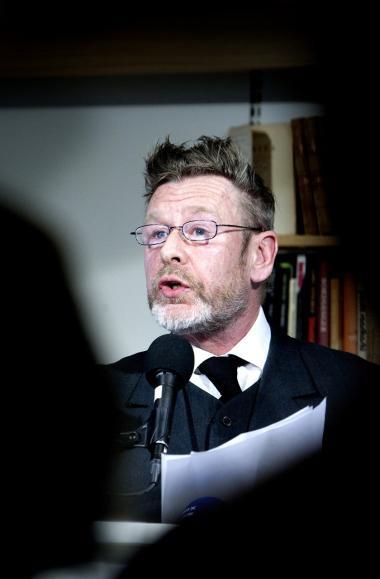 Tomas Espedal er nomineret for bogen 'Imot kunsten'. Hvis han vinder, må det være, fordi et flertal i priskomiteen har holdt af hans sammenbidte seriøsitet og tætte insisterende stil, og fordi de har opdaget noget alment i hans tilsyneladende dybt private familiehistorie, skriver Erik Skyum-Nielsen.