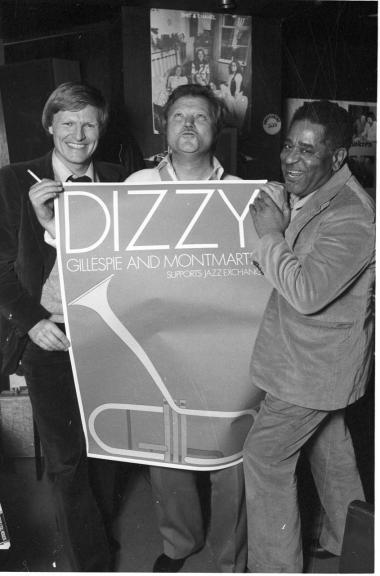 Jazz-Kay. Hvis Peter H. Larsen kender sandhed om Jazz-Kay (i midten), så burde han skrive bogen 'Mig og Kay', som han klandrer Niels Christensen for ikke at have skrevet, mener en læser.
