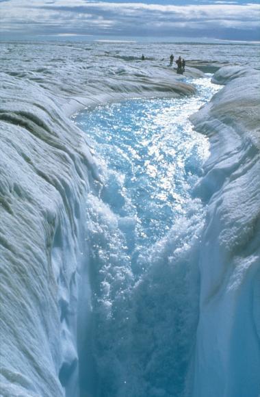Smeltevand på overfladen af indlandsisen vælter i sommermånederne ned i smeltevandsfloder under isen. Vandet er med til yderligere at underminere det frosne ismassiv, der visse steder er tre km tykt. Grønlands indlandsis tøede sidste år kraftigere end nogensinde før og afgav 510 mia. ton vand, der løb ud i havene omkring den store ø.
