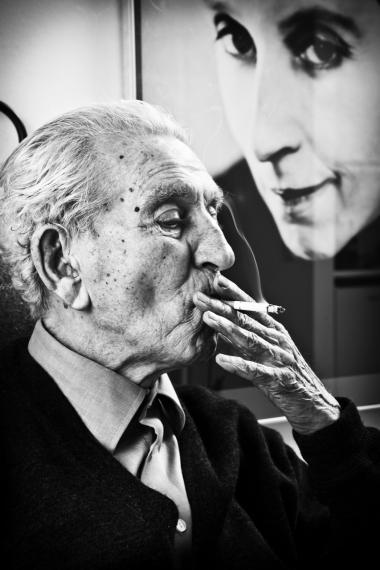 Da filminstruktør Morten Henriksen var 10 år gammel, begyndte hans far, litteraturprofessor Aage Henriksen, at betro sig til ham om sit spirituelle forhold til Karen Blixen. Det blev en hemmelighed mellem far og søn, der først nu 50 år efter bliver fortalt i dokumentaren 'Bag Blixens maske'