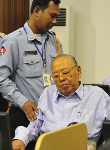 Det er en milepæl i cambodjansk retshistorie at se de fire magtfulde eks-politikere for en domstol. Men de seneste uger har det krigsforbrydertribunal, der skal dømme de fire, været under skarp kritisk beskydning. Det er kommet frem, at dommere i tribunalet har undersøgt fem yderligere potentielle krigsforbrydere, og at dette arbejde er blevet stoppet. På billedet ses tidligere udenrigsminister Ieng Sary, der sad i Centralkommitteen og udstak ordrer om at straffe og dræbe millioner af borgere.