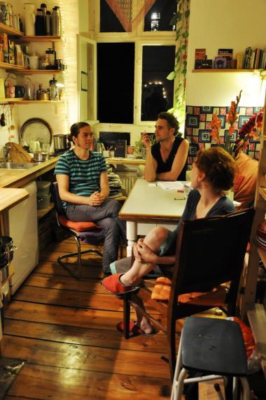 Walid Abu el Rokti (tv.) er godt tilfreds med forvandlingen af den tidligere ghetto. 'Nu flytter de tole-rante, intelligente ind. Det er langt bedre. Folk kalder mig ikke længere 'lorte-muslim',' siger palæstinenseren, der har boet i Neukölln i 26 år. Bofællesskabet på Fuldastraße 31 (billedet herovre) må til gengæld snart undvære deres rummelige køkken. Vinduet bagerst i billedet bliver nemlig forvandlet til en elevatorindgang. Beboerne har lagt sag an mod bygningens ejere,   som vil fordoble huslejen.