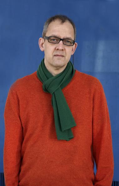 Forfatteren. Christian Yde Frostholm (født 1963) debuterede i 1985. Fra 1999-2009 var han redaktør på 'Afsnit P', websitet for visuel poesi.