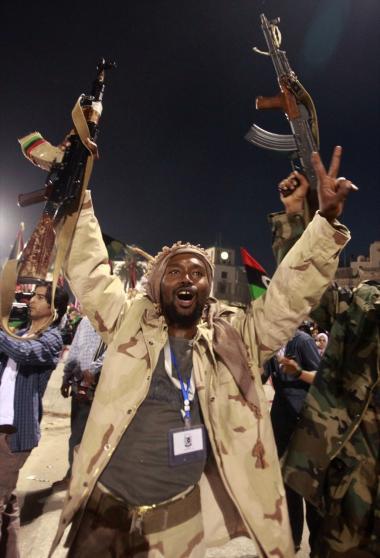 Oprørere mod det Gaddafi-regimet fejrer diktatorens død. Libyens fremtid er i hænderne på libyerne selv, da det internationale samfunds engagement i Libyen bliver afviklet så hurtigt som muligt.