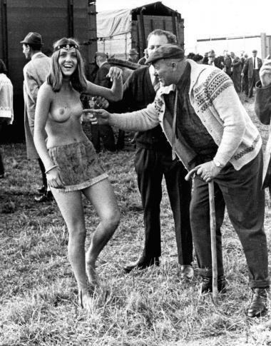 Flower power-bevægelsen med blomster i hår og på kinder, Make Love, Not War-sit down-aktioner, pandebånd, hash, top- og bundløse Thy-lejrfolk har afgjort pirret og provokeret samtiden. Men det alene ændrede ikke mentaliteten i Danmark. Her en kreaturhandler i juli 1971, der lige skal pille ved den unge hippie på markedet på Egeskov Slot på Fyn.